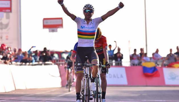 Alejandro Valverde celebra el triunfo en la meta.