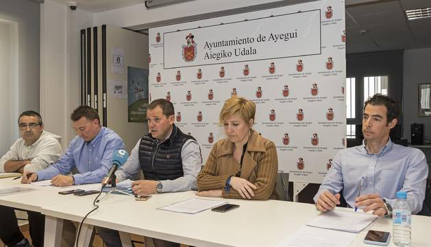 Desde la izquierda, José Luis Etayo, Leo Camaces, Juan Mari Yanci, Conchi Galdeano y Miguel Ángel Martín, ayer durante la comparecencia de Ayegui Unido en el Ayuntamiento de la localidad.