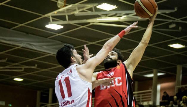 Carles Marzo intenta encestar ante la defensa de Sergi Costa.
