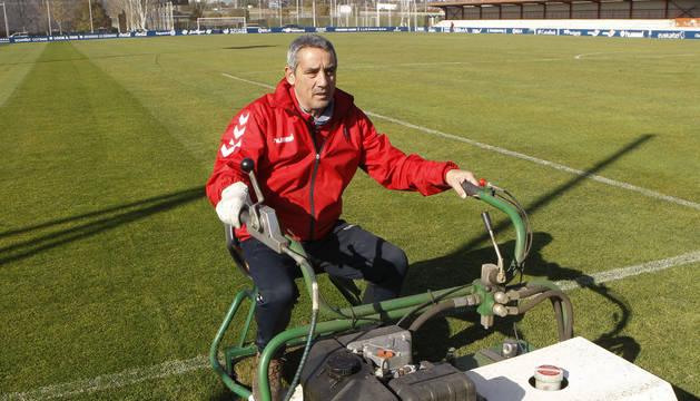Cándido Sánchez García trabaja en el cuidado de uno de los campos de Tajonar, donde habitualmente trabaja el primer equipo.