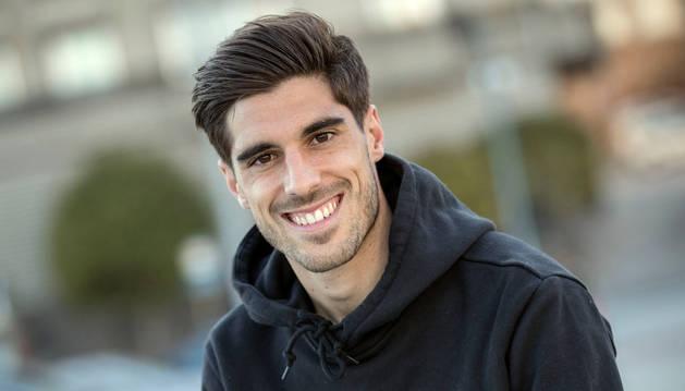 Nacho Vidal posa sonriente a la cámara de Diario de Navarra este miércoles por la tarde en Pamplona.