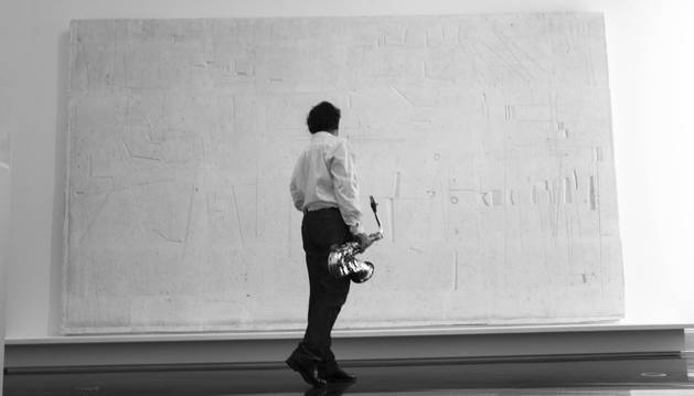 foto de Goia-Aribe, ante una obra del Museo Universidad de Navarra.