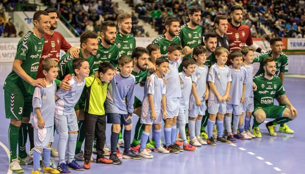 Jugadores de Osasuna Magna, antes del partido de Liga contra el Jaén.