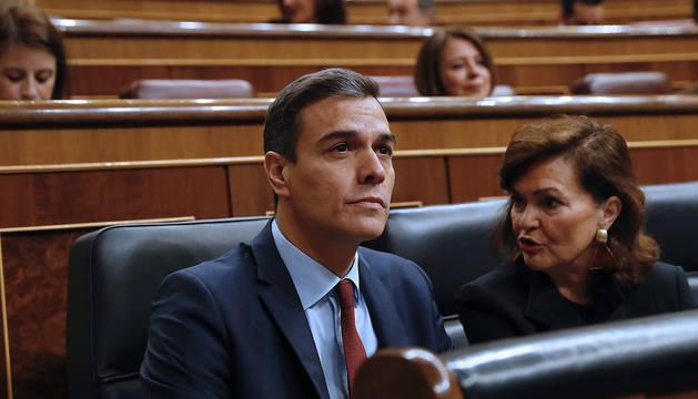 El presidente del Gobierno, Pedro Sánchez, junto a la vicepresidenta, Carmen Calvo, al inicio este miércoles del pleno del Congreso, donde realiza su última comparecencia antes de convocar elecciones.