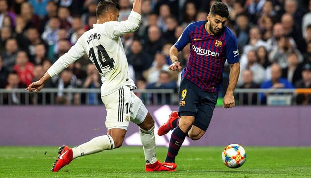 Momento en el que Casemiro comete el penalti sobre Luis Suárez que supuso el tercer gol del encuentro, segundo del uruguayo.
