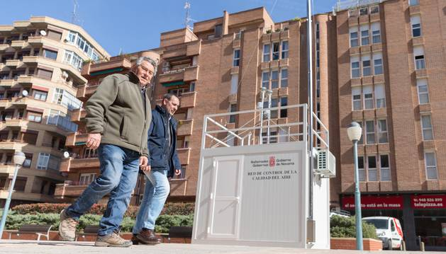 Dos hombres pasan junto a la estación de medición de Tudela.