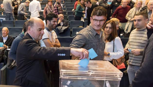 Los compromisarios votan en la pasada asamblea del 3 de noviembre en Baluarte. A la izquierda, el Directivo Ignacio Yániz.