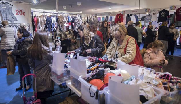 Los saldos de las prendas que ya están fuera de temporada son un atractivo para los compradores.
