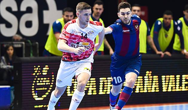 El jugador de ElPozo Murcia, Fernando (izda.) trata de marcharse de Javi Alonso, del Levante UD FS