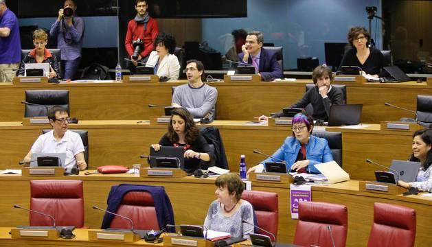 Un Parlamento dividido califica la desaparición de Caja Navarra de