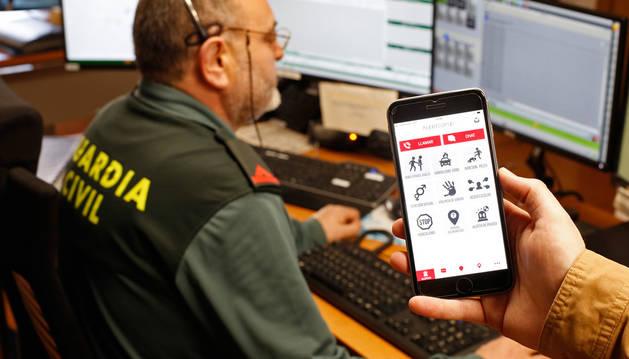 Imagen de la 'app' Alertcops en la Central Operativa de Servicios de Guardia Civil en Pamplona.