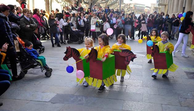 Alumnos de Infantil de Escolapios ataviados de zaldikos, en homenaje a la comparsa.
