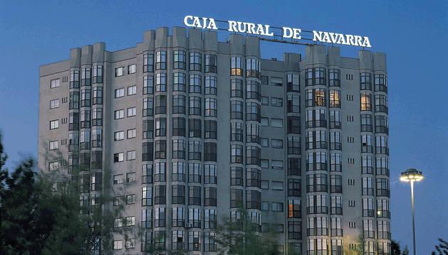 Edificio que alberga la sede central de Caja Rural en Pamplona.