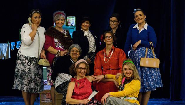 De izda a dcha, arriba: Elcira Beorlegui Górriz (Maite Pitón), Araceli Romero Roldán (Rosa Empero), Iosune Etxebeste Arretxea (Angelines), Eva García Martín (Sonsoles Bravo), Cristina Monente de Blas (Valentina Vereda); en el medio: Alexis Hidalgo Sarche (Catalina Pitón) y Leticia Sagüés Lacasa (Encarna Lozano); y abajo: Ana Ariño Plana (Paquita Guerín) y Ane Molina Irujo (Paquita Guerín), en el IES Plaza de la Cruz.