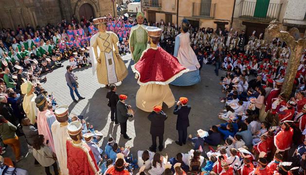Todo el colegio disfrazado formó un corro alrededor de los gigantes en la plaza de Santiago, durante el desfile por la localidad. Allí se realizó un baile.
