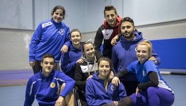 De izda. a dcha., Iñaki Arbea (sentado), Itziar Rekalde (de pie), Elena Arbea (de rodillas), Aintzane Gorria (de rodillas),  Miren Huarte (sentada), Atanas Dayliev (de pie), Ahmed Panev (de rodillas) y Elena Arraiza (agachada), en el gimnasio del Polideportivo Elizgibela.