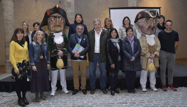 El alcalde Joseba Asiron junto a miembros del Ayuntamiento y representantes de las entidades impulsoras del Plan de Infancia.