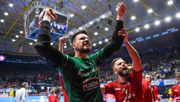 Edu celebra junto a Rafa Usín la clasificación de Osasuna Magna tras la ronda de penaltis.