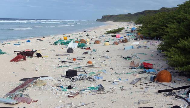 Isla Henderson, en el Pacífico Sur, plagada de restos de plástico.