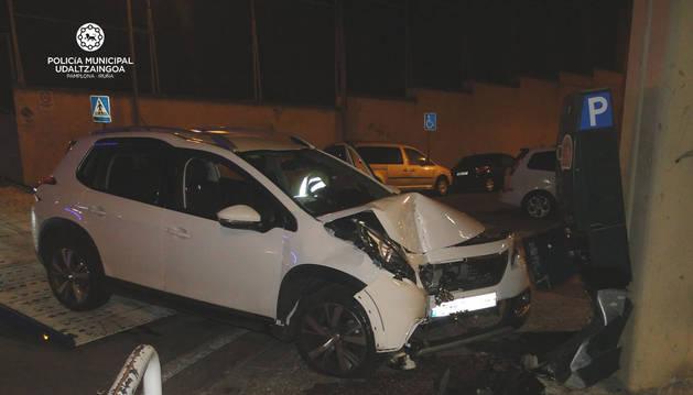 Un conductor ebrio se empotra en Pamplona contra un expendedor de tickets