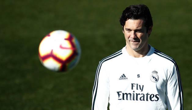 Santiago Solari observa un esférico durante un entrenamiento del Real Madrid.