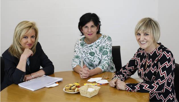 En torno a una misma mesa, la gerente de Amedna, Susana Labiano Bastero, Pilar Ruiz Cobo, de CCOO; y Marisol Vicente Yoldi, de UGT.