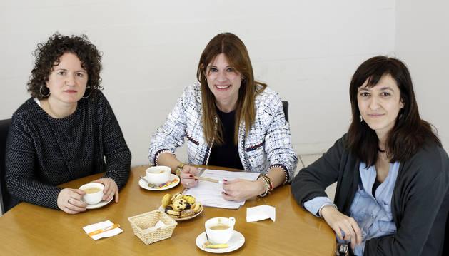 En la tertulia de docentes de universidad, Lohitzune Zuloaga Lojo (UNED y UPNA), Mari Cruz Díaz de Terán Velasco (Universidad de Navarra) e Irene Lapuerta Méndez (UPNA).