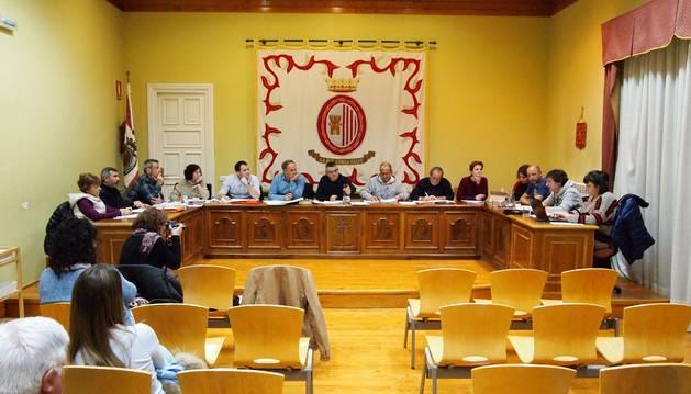 Reciente pleno del Ayuntamiento de Sangüesa. Tras las elecciones de mayo, bajará de 13 a 11 ediles.