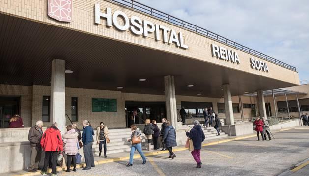Numerosas personas en el acceso principal al Hospital Reina Sofía de Tudela, centro sanitario donde falleció Alfonso Medina.