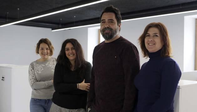 De izquierda a derecha, Arantxa Blanco, de Sportmadness; Marta Pachón, Administración y Gestión para Pymes y Micropymes; Carlos Cantabrana, Diseño Gráfico; y Edurne Almirantearena, de Klikabide.