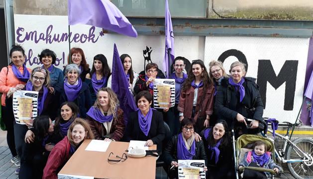 Las organizadoras dieron a conocer el programa junto al txoko feminista de Estella, en el antiguo Almudí.