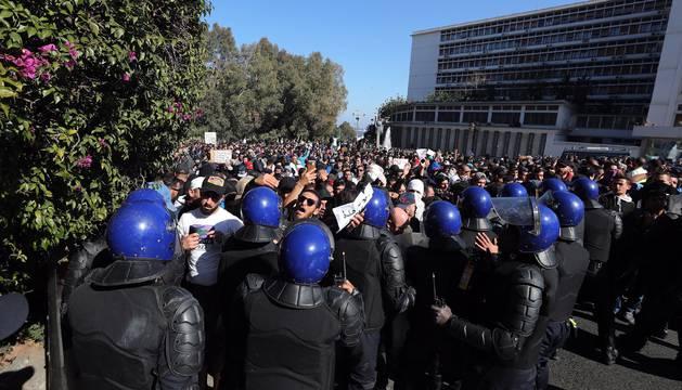 Manifestantes asisten a una manifestación contra la candidatura a un quinto mandato del presidente, Abdelaziz Bouteflika