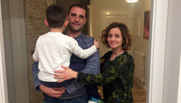 foto de Enrique Munilla y Mayra Gil, padres de Izan, que aparece cogido en brazos por su padre.