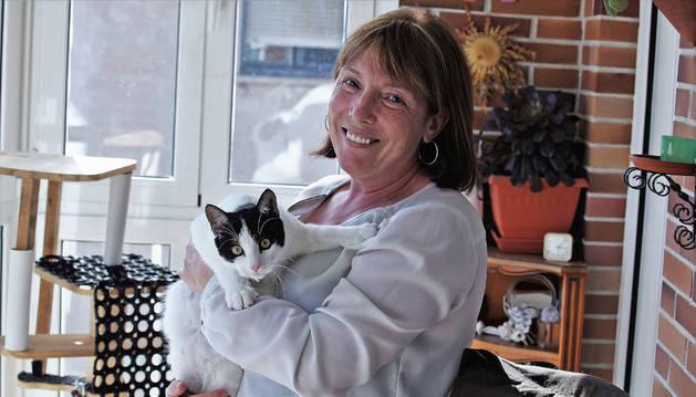 Pilar Nieto Jiménez sostiene entre los brazos a Forrest, el gato que hace cuatro meses llegó a sus vidas de casualidad.
