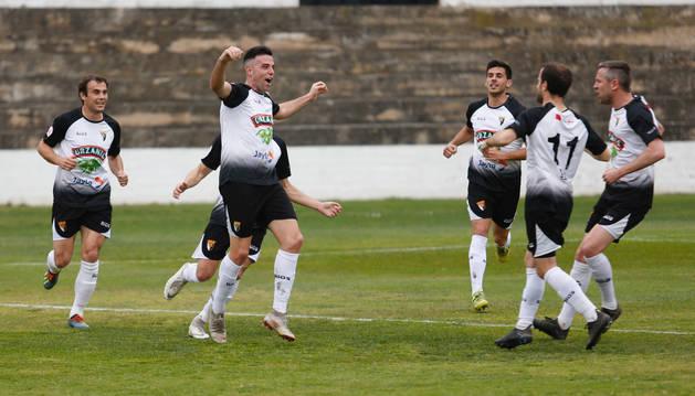 Los jugadores del Tudelano corren hacia Toni Gabarre para felicitarle por uno de sus dos goles. El ariete es pichichi con nueve tantos.