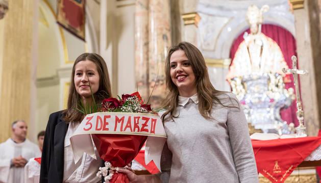 Dos alumnas del colegio de los Salesianos entregaron un ramo de rosas a san Fermín.