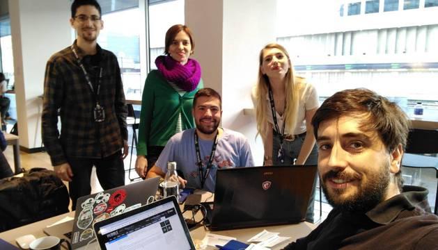 Iñaki Úcar, a la izquierda y de pie. Después aparecen Almudena M. Castro, Juan Martínez, Rosa Narvaez y José Luis Martín-Oar, el resto de los miembros del equipo.