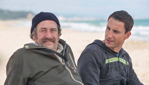 El actor Karra Elejalde (izda) se convierte en la película  100 días en el suegro de Ramón, un treintañero que padece esclerosis múltipe y que interpreta Dani Rovira (dcha).