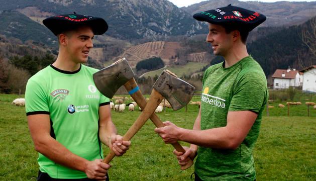 Iker Vicente y Rubén Saralegi mamaron su pasión por la aizkora en sus propias casas, viendo competir y cortar a sus padres. Ambos con las txapelas, este domingo en Errazkin.