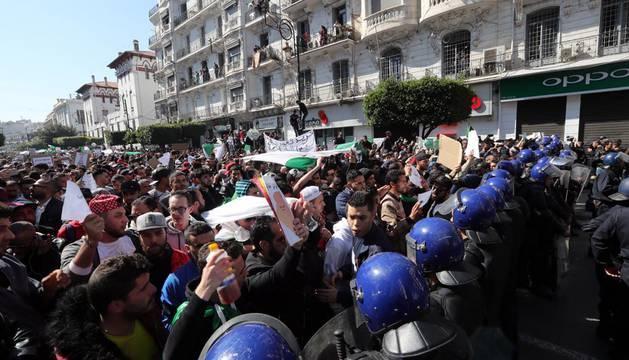 Manifestantes contra la candidatura a un quinto mandato del presidente, Abdelaziz Bouteflika.