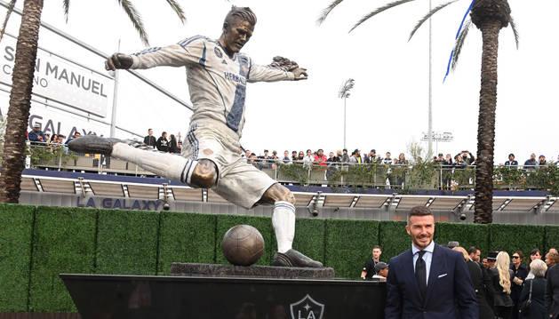 Beckham se emociona al descubrir su estatua en el campo del Galaxy