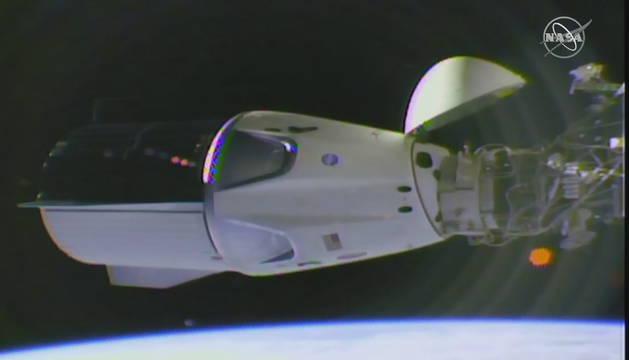Imagen facilitada por la NASA de la cápsula de SpaceX 'Crew Dragon' acoplada a la Estación Espacial Internacional.
