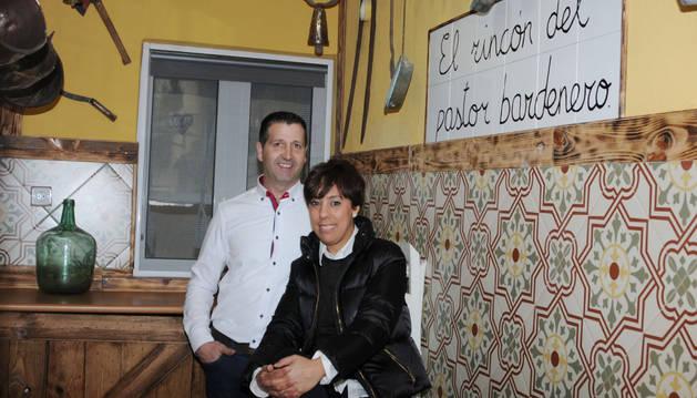 Luis Mª Pérez y Hasna Elmerzoug en un rincón de la casa.