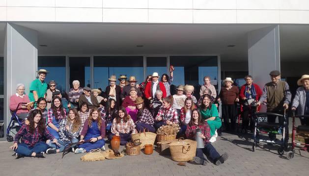 Foto del alumnado del ciclo de Dependencia y residentes posaron juntos tras la actividad compartida.