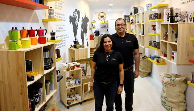 Foto de Roberto Montesinos y Joana Delgado en la tienda Indiano, que abrieron el pasado octubre en la calle Zapatería.