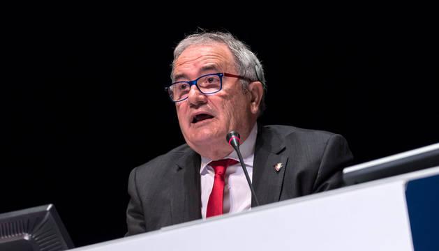 El presidente de Osasuna, Luis Sabalza, se dirige a la asamblea el pasado sábado en el Baluarte.
