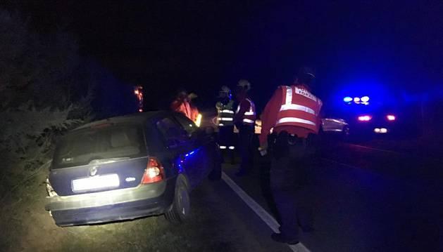 Bomberos y Policía Foral asisten al herido en el accidente de Larraga tras la salida de vía.