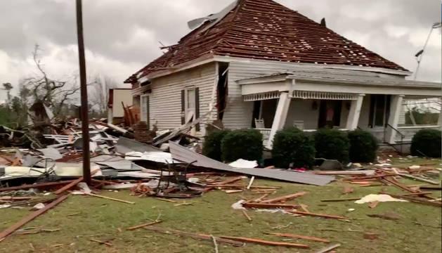 Destrozos en hogares ocasionados por el tornado de Alabama.