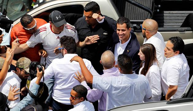 Juan Guaidó saluda a su llegada a Caracas.