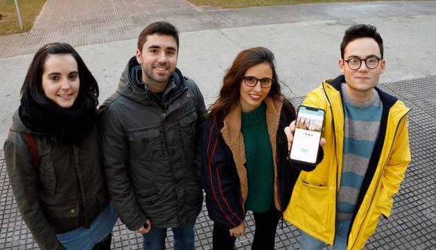 Los estudiantes autores de la aplicación, en el campus de la Universidad Pública de Navarra. De izquierda a derecha: Edurne Marquínez, Alejandro Jiménez, Andrea Solabre y Jesús Arellano.